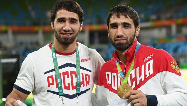 Справа налево: Хасан Халмурзаев (Россия), завоевавший золотую медаль мужского турнира по дзюдо в весовой категории до 81 кг на XXXI летних Олимпийских играх, с братом Хусеном Халмурзаевым