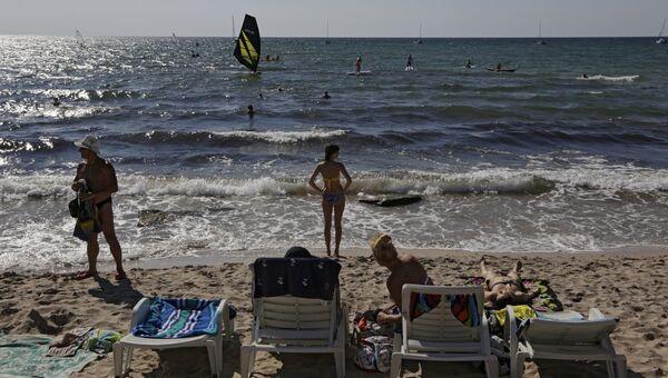 Отдыхающие на мысе Тарханкут в Крыму. Архивнеое фото