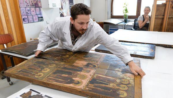 Реставрация иконы. Архивное фото