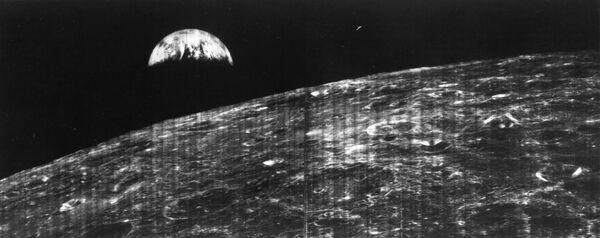 Первый снимок поверхности Луны сделанный космический аппаратом Lunar Orbiter 1. 1966 год