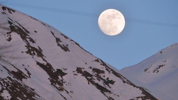 Луна над комплексом для соревнований по лыжным гонкам и биатлону Лаура