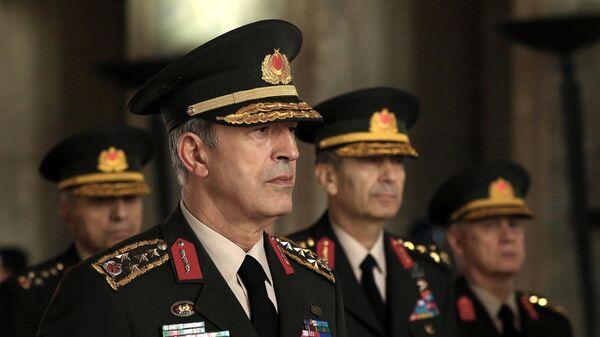 Глава Генштаба Турци генерал Хулуси Акар и другие высшие чины турецкой армии во время встречи с премьер-министром страны Бинали Йылдырымом