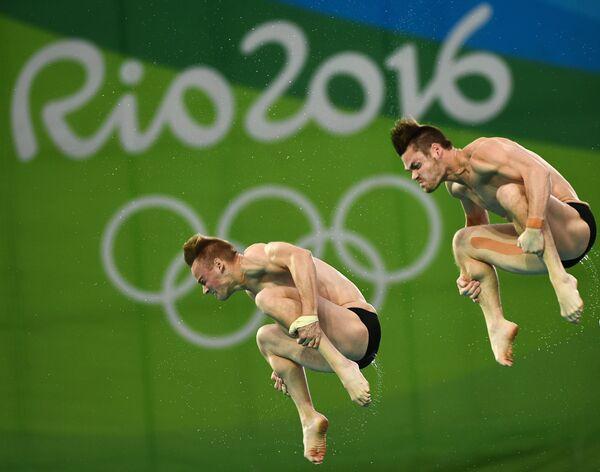 Давид Будайя и Стил Джонсон (США) во время финальных соревнований по синхронным прыжкам