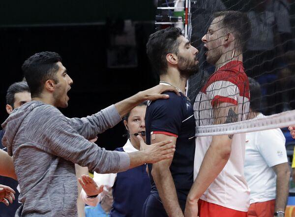 Сборные Ирана и Польши по время матча по волейболу на летних Олимпийских играх в Рио-де-Жанейро