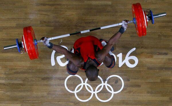 Спортсмен Эдвин Москера во время соревнований по тяжелой атлетики на летних Олимпийских играх в Рио-де-Жанейро