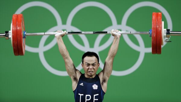 Спортсмен Тан Чи-Чун из Тайваня во время соревнований по тяжелой атлетике на летних Олимпийских играх в Рио-де-Жанейро