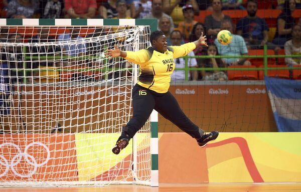 Сборные Румынии и Анголы во время матча по гандболу на летних Олимпийских играх в Рио-де-Жанейро