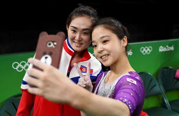 Участницы сборных по гимнастике из Южной и Северной Кореи на тренировке