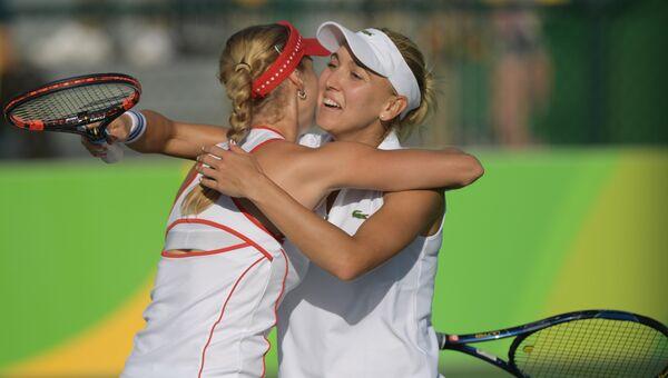 Теннисистки Екатерина Макарова и Елена Веснина в матче 1/4 финала на XXXI летних Олимпийских играх