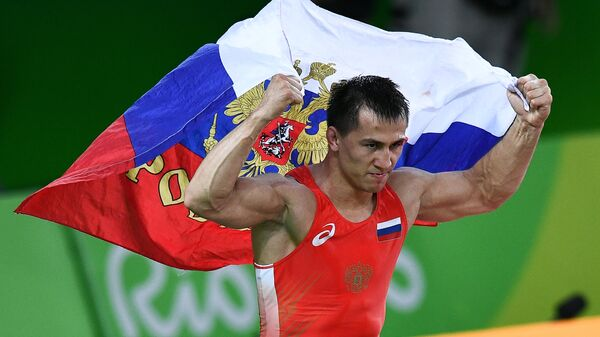 Роман Власов, завоевавший золотую медаль в соревнованиях по греко-римской борьбе на XXXI летних Олимпийских играх