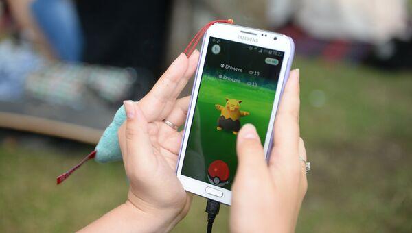 Игровое приложение Pokemon Go от компании Nintendo на экране мобильного телефона