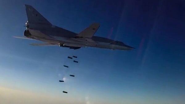 Дальний бомбардировщик ВКС РФ Ту-22М3 во время нанесения бомбовых авиаударов в Сирии. Архивное фото