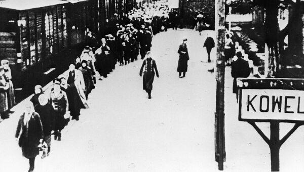 Украинский город Ковель. Гитлеровцы насильственно отправляют советских людей в Германию. Архивное фото