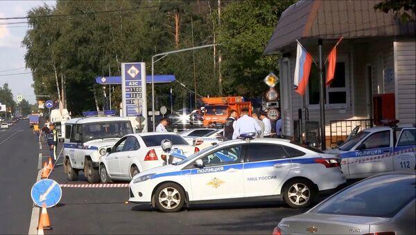 Работа оперативных служб на месте ЧП на посту ДПС на Щелковском шоссе. Архивное фото