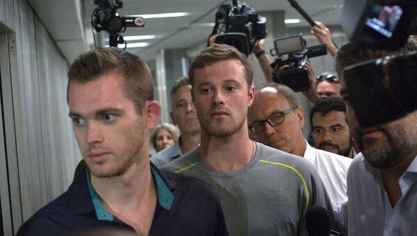 Американские пловцы Гуннар Бентц и Джек Конгер в полицейском отделении аэропорта Рио-де-Жанейро