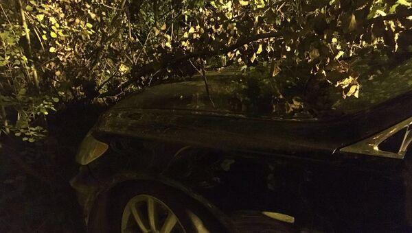 На месте обнаружения автомобиля Lexus на севере Москвы, в котором находится тело мужчины