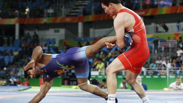 Россиянин Виктор Лебедев в поединке против спортсмена из Индии Сандипа Томара. 19 августа 2016