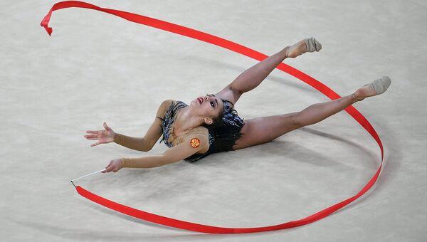 Маргарита Мамун (Россия) выполняет упражнения с лентой в индивидуальном многоборье по художественной гимнастике на XXXI летних Олимпийских играх