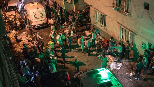 Автомобили скорой помощи на месте взрыва в турецком городе Газиантеп. 20 августа 2016