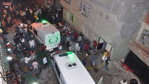 Автомобили скорой помощи на месте взрыва в турецком городе Газиантеп