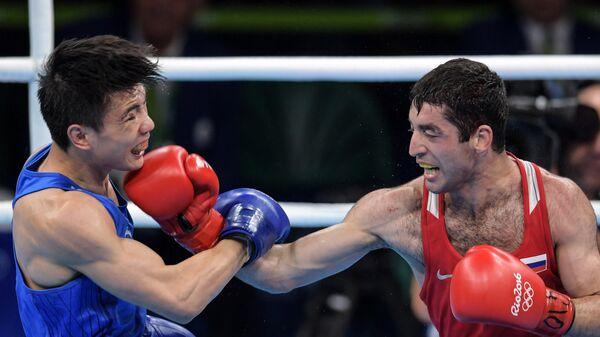 Ху Цзянгуань (Китай) и Михаил Алоян (Россия) в 1/2 финала соревнований по боксу на XXXI летних Олимпийских играх