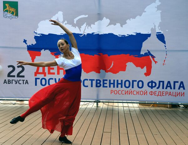 Выступление артистки на праздничном концерте во Владивостоке, посвященном Дню Государственного флага Российской Федерации