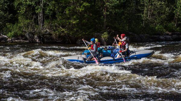 Туристы проходят на катамаранах порог Курки на реке Пистайоки в Калевальском районе Карелии