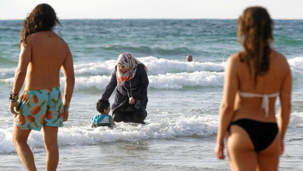 Женщина в буркини на пляже в Тель-Авиве, Израиль. 22 августа 2016