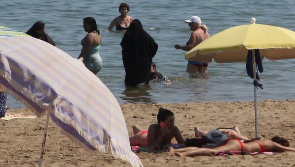 Женщины в буркини на пляже в Нарбонне