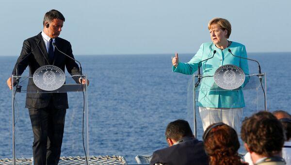 Премьер-министр Италии Матео Ренци и канцлер Германии Ангела Меркель на итальянском авианосце Гарибальди у берегов острова Вентотене. 22 августа 2016