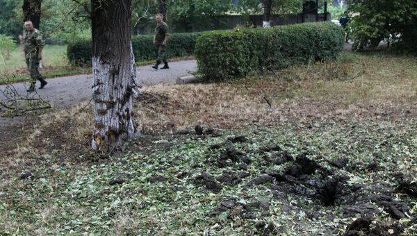 Воронка от минометного снаряда, образовавшаяся в результате обстрела в районе города Ясиноватая Донецкой области. Архивное фото