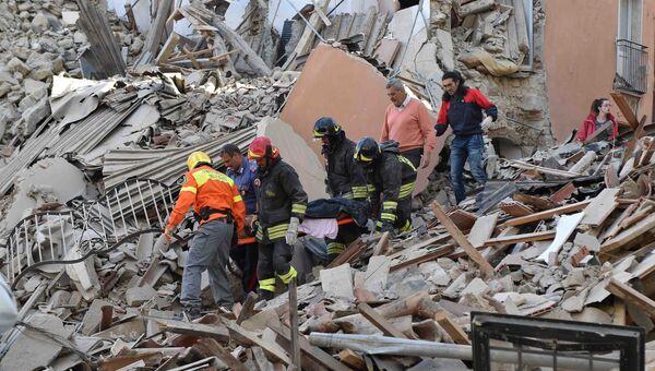 Сотрудники спасательных служб извлекают из-под завалов людей, пострадавших в результате землетрясения