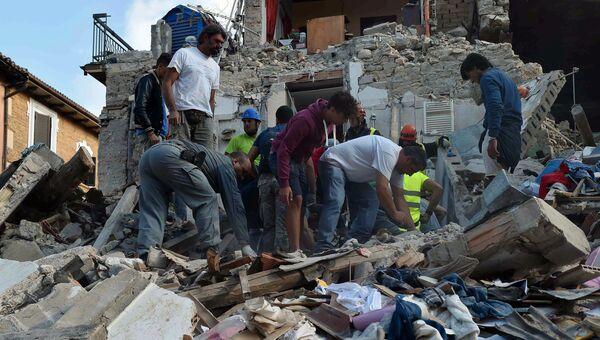 Жители города Аматриче помогают извлекать из-под завалов людей. Архивное фото