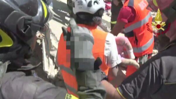 Землетрясение в Италии: первые минуты бедствия и спасение людей из завалов