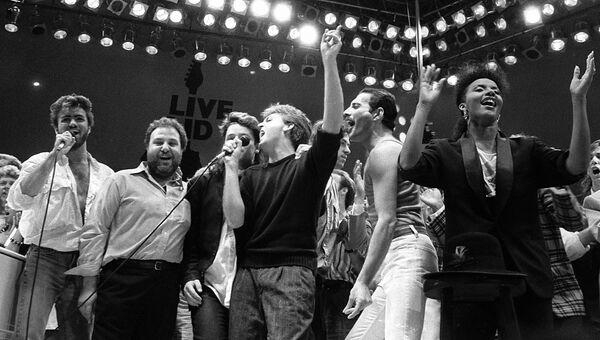 Фредди Меркьюри, Джордж Майкл, Боно, Пол Маккартни и организаторы благотворительного концерта на стадионе Уэмбли в Лондоне