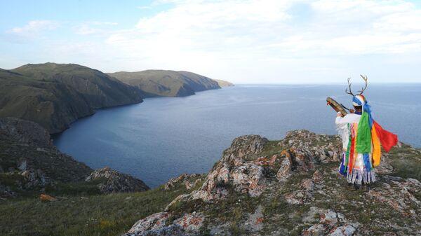 Шаман Валентин Хагдаев в горах побережья Байкала