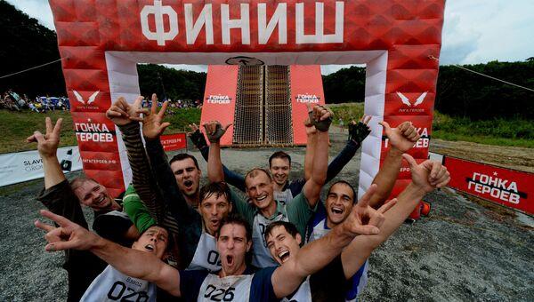 Участники Гонки героев на финише на полигоне Горностай во Владивостоке