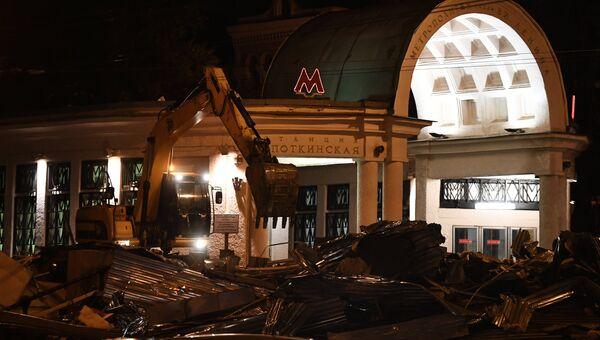Снос незаконно построенного торгового павильона рядом со станцией метро Кропоткинская в Москве. Архивное фото