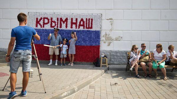 Гости Севастополя фотографируются на набережной города в рамках патриотической акции Бесплатное фото. Архивное фото
