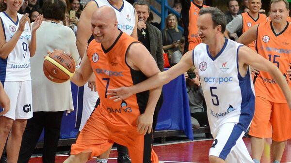 Актер Гоша Куценко (слева) и заместитель председателя правительства РФ Аркадий Дворкович (справа) в благотворительном баскетбольном матче в поддержку подопечных фонда Гоши Куценко Шаг вместе