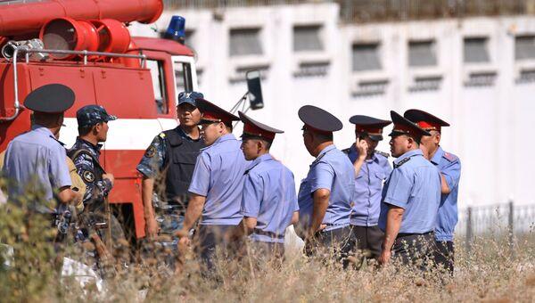 Сотрудники правоохранительных органов на месте взрыва автомашины марки Mitsubishi Delica, протаранившей ворота дипломатического представительства Китая в Бишкеке. Архивное фото