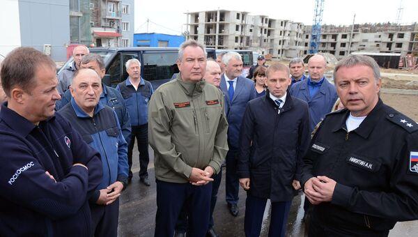Дмитрий Рогозин во время осмотра хода строительства жилого комплекса на космодроме Восточный в Амурской области. 30 августа 2016