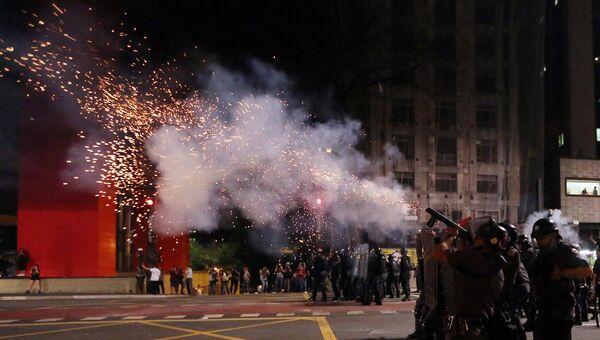 Полиция применяет слезоточивый газ во время акции протеста сторонников президента Бразилии Дилмы Роуссефф в Сан-Паулу, Бразилия. 29 августа 2016
