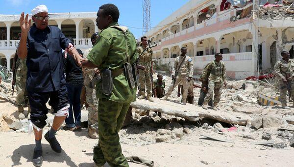Место взрыва заминированного автомобиля у резиденции президента Сомали в столице Могадишо