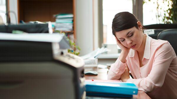 Усталая девушка в офисе