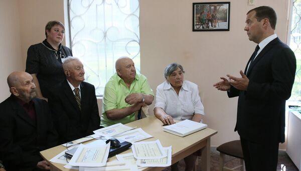 Дмитрий Медведев во время встречи с пенсионерами в центре реабилитации инвалидов и пожилых людей Сосновый бор в Липецке. Архивное фото