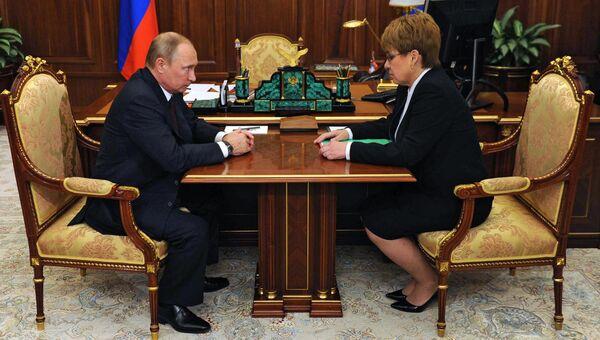 Президент РФ Владимир Путин и временно исполняющая обязанности губернатора Забайкальского края Наталья Жданова во время встречи в Кремле. 30 августа 2016