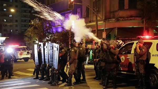 Полиция в Бразилии выпускает слезоточивый газ во время акции протеста. Архивное фото