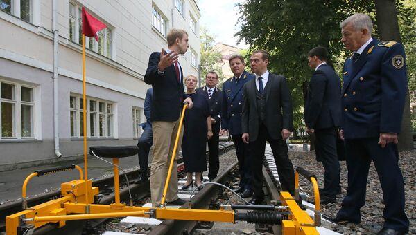 Дмитрий Медведев во время посещения Московского колледжа железнодорожного транспорта в День знаний. 1 сентября 2016