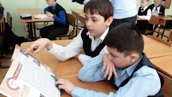 Изучение нового школьного курса Основы религиозных культур и светской этики в российских школах. Архивное фото
